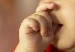 Comment réagir quand bébé suce son pouce?